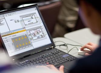 パソコンを使いシステムの運用を行う作業員