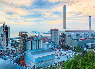 遠くまで広がる工場の風景